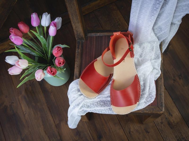 Červené páskové boty