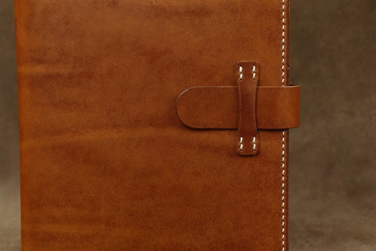 detail šití kožených výrobků