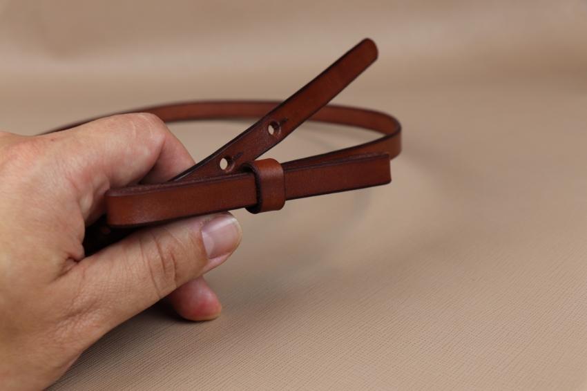 úzký dámský pásek z kůže