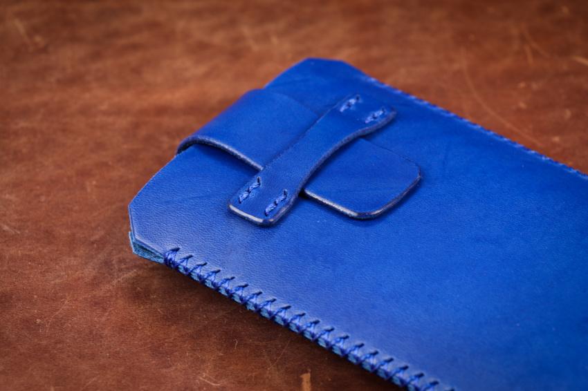 modré kožené pouzdro na mobil